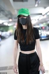 Baby戴绿帽亮相 与黄晓明先后到机场未同框